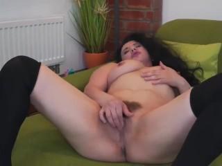 Sofia ha un orgasmo mostruoso mentre si masturba. Amatoriale Ita