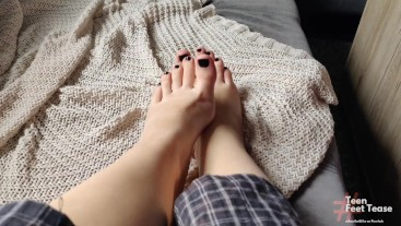 TEEN SHOWS HER SEXY FEET FOOT