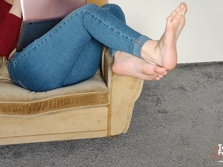 AMATEUR YOUNG STEP SISTER SHOWS HER SEXY FEET AND HOT SOLES – FOOT FETISH