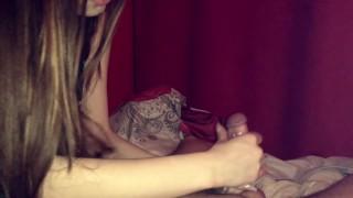 девушка с длинными ногтями сделала массаж с маслом и отсосала член