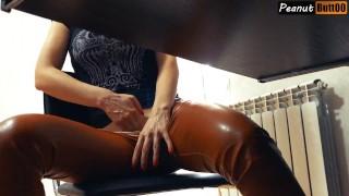 секретарша дрочит на работе под столом в кожаных штанах