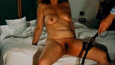 Sumisa azotada a los pies de la cama
