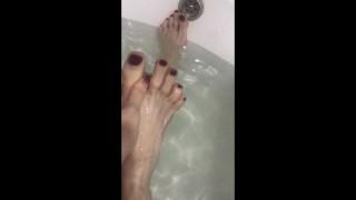 Pretty long feet in the bath
