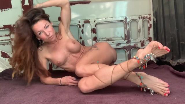 Travel potty adults - Feet fetish mild by naked traveler