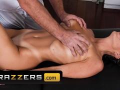 Brazzers - Big tit Abigail Mac gets full service massage
