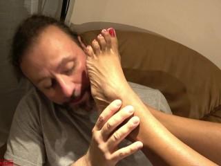 La cameriera mi ha sedotto e sottomesso mentre mia moglie non c'è. Le lecco i piedi. Dialoghi ita