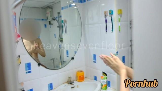 Asian girl taking shower Thai girl taking a shower แอบถายสาวอาบนำโดนจบได กเลยเยดกนเลยสงสยจะเงยน