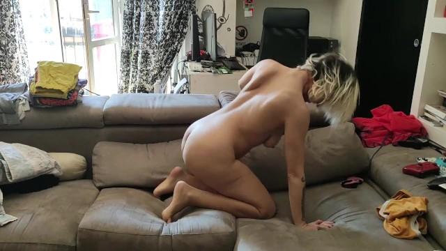 Rosario Gallardo sexy dance sul divano durante la quarantena 12