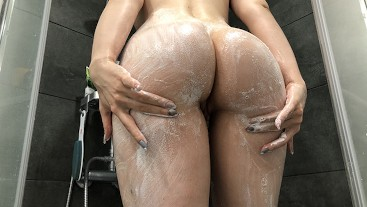 Soap foam on the fitness-ass and plastic dick in pussy. SHOWER MASTURBATION