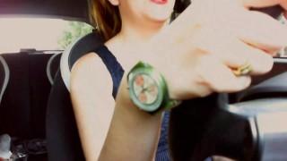 La matrigna italiana si masturba in macchina mentre porta il figliastro a scuola