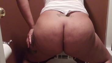 Ebony slut pees standing up