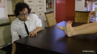 Scarlet e il Secchione Trailer Sfigato Nerd annusa piedi lecca piedi ITA