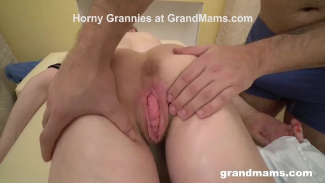 First time amature xxx - Masseurs first client is a granny with a weird pussy