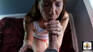 Nonna succhia e ingoia sperma da un cazzo di grandi dimensioni