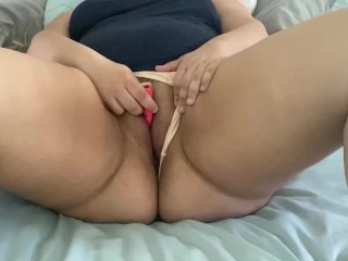 Cums from vibrator while the curvy latina...