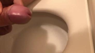 トイレでオナニー射精手コキ 唾でヌルヌルに