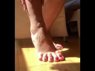 Trombate e rovinate i miei giovani piedi e mandatemi le foto dell'ejac