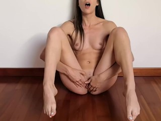 With long feet and toes pussy really wet...