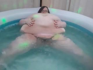 Twerks shakes ass fupa jiggles body in hot...