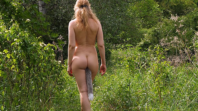 Zorras amateur Woman in the woods takes a foxtail butt plug in her ass, public outdoor
