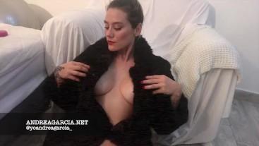 DESNUDA solo con un abrigo de piel -ANDREA GARCIA