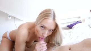 Блондинка сосет член и получает сперму в рот