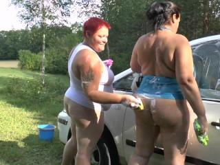 Dicke Weiber beim Auto waschen 1