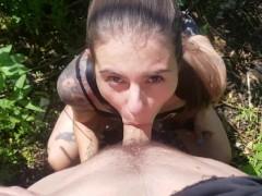 Публичный секс в парке. Сосет и трахается прямо на улице