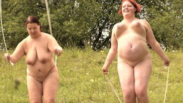 Dicke Frauen machen Strip beim Seilspringen