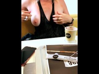MILF exhibe ses seins au mcdonalds