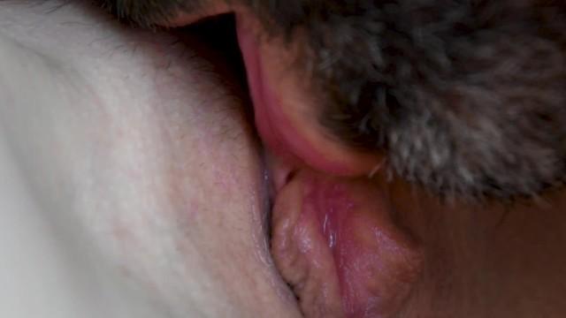 Super gros plan dune chatte humide de milf léchée et baisée 3