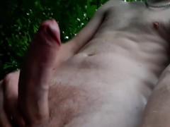 Парень в лесу жестко ебет и унижает воображаемого пидораса