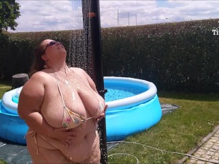 Ssbbw shower the water runs over fat body...