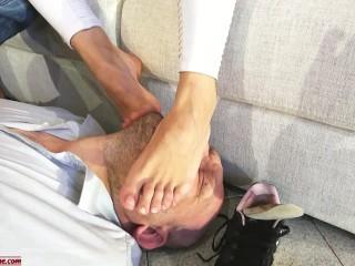 Il marito annusa e lecca i piedi mentre lei spompina l'amico Dialoghi ITA