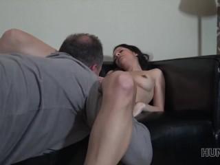 HUNT4K. Cocu regarde comment sa copine gicle grâce à un riche baiseur