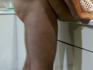 Быстрый секс с домохозяйкой в сексуальном платье во время приготовления печеных кабачков
