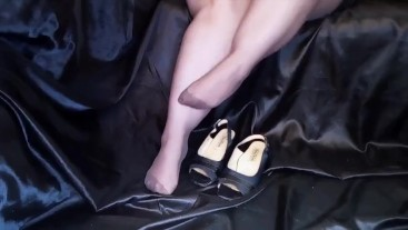 BBW WOMAN PLAYS WITH HER HEELS