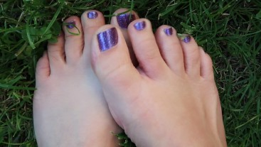 Naked toes in wet grass getting dirty