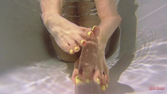 Fist chouce Kira loster plays with a dildo underwater