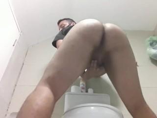 No banheiro...