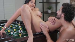 Jolla y Mark juegan un partido de Fútbol de mesa que termina en mucho squirt