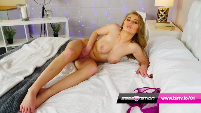 British April Mae shows off her feet 32