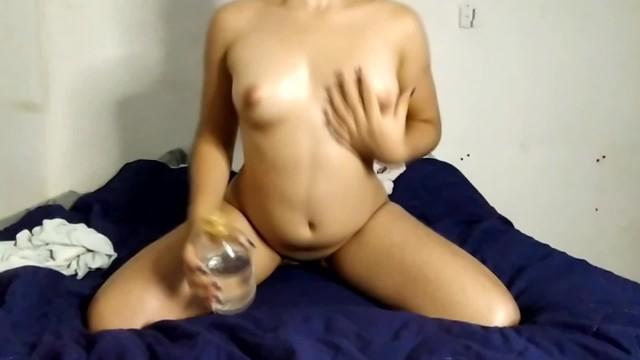 Colegiala latina cachonda se desnuda y muestra su cuerpo 13