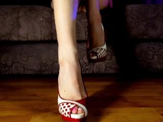 Kira Loster маленькие ножки в красных туфлях на высоком каблуке Фут фетиш