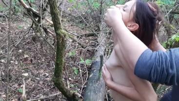 Обожаю трахать свою девушку в лесу, где нас могут застукать... Это заводит.