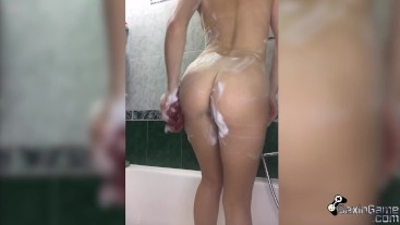 Beauty with Juicy ass Washes in Shower