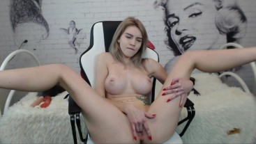 BLONDE INSERTED VIBRATOR INTO PUSSY AND LICKED