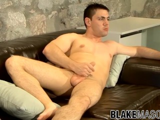 Muscle uk hunk riley shoots cum after hot...