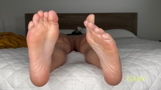 Horny babe showing soles and pussy. Full video at lifeofd
