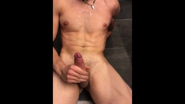 Solo mastrubation endet in huge cumshot